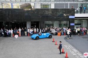 大阪府咲洲庁舎に到着したDELAHAYE 135にもたくさん応援の声が送られた