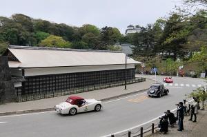 彦根城を走るPANHARDとTRIUMPH TR2