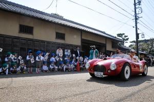子どもたちの声援に手を振って応える FIAT FARINA MM